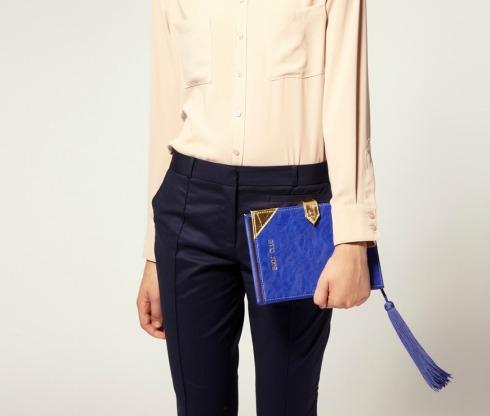 7ae70226a Essa bolsa-carteira em formato de livro é a mais nova sensação entre  celebridades e fashionistas, pois além de deixar o visual super cool, ainda  dá um toque ...